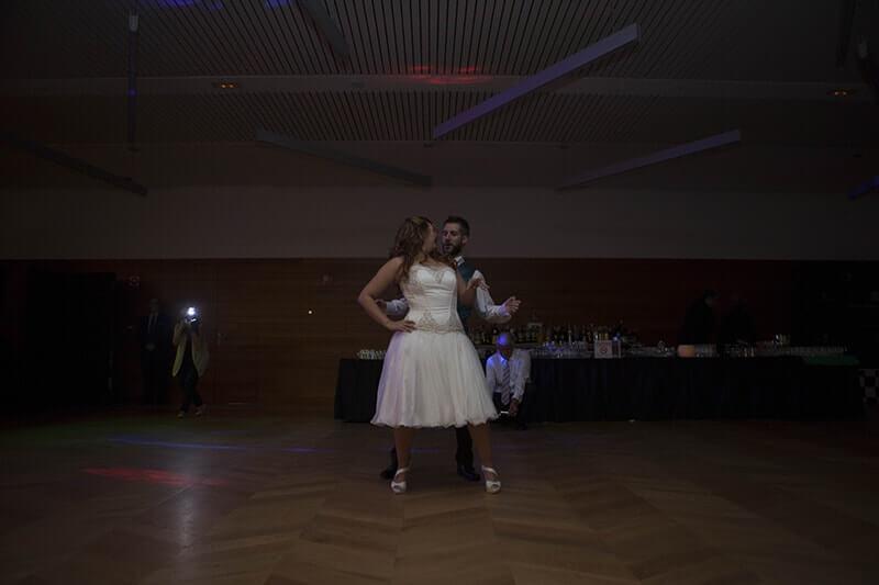 Novios bailando en su boda