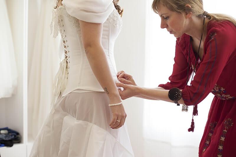 ajustando vestido corset