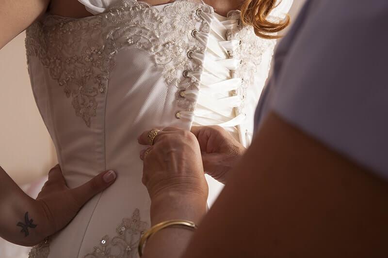 madre novia ajustando corset