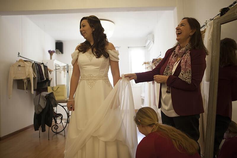 novia feliz probándose vestido