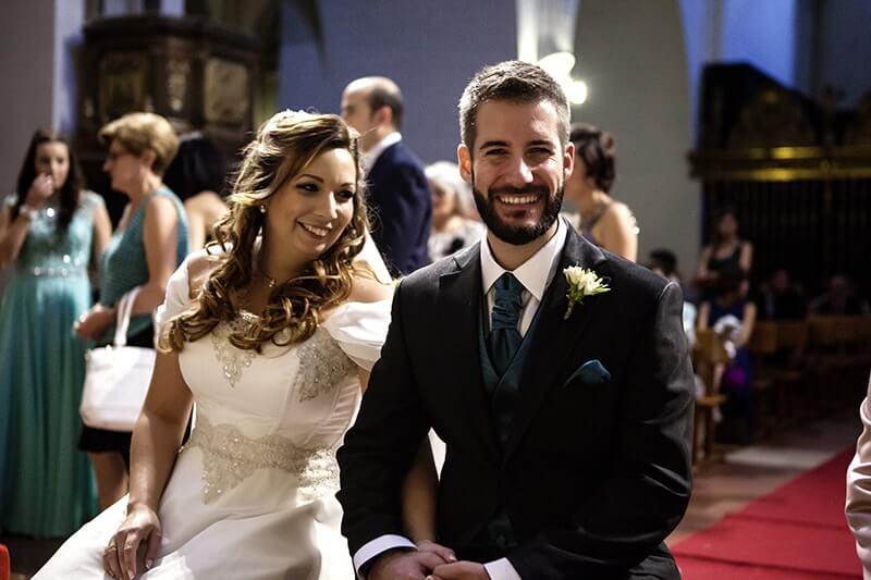 novios casandose iglesia