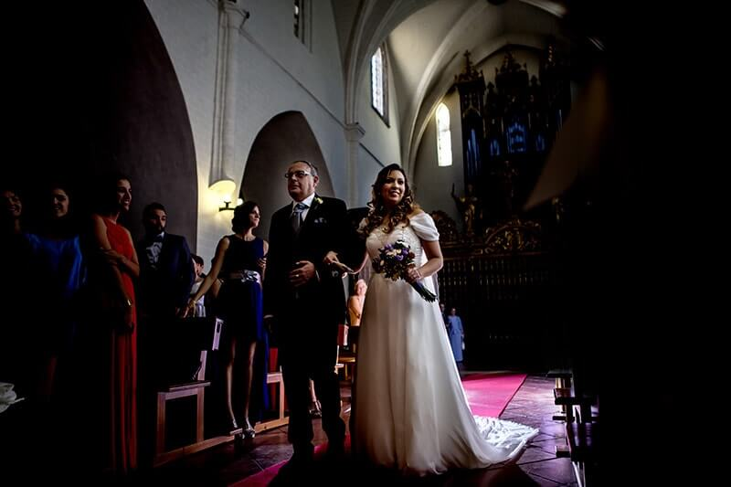 padre acompañando novia