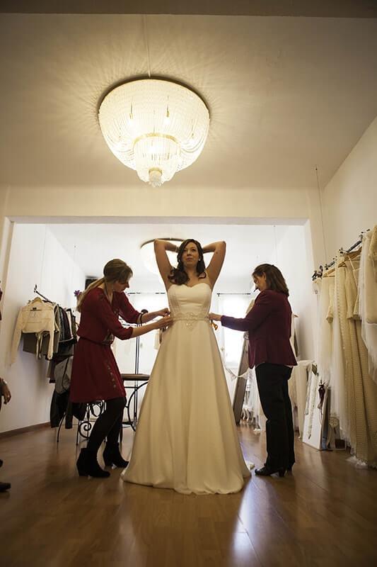 poniendo cinturilla vestido novia