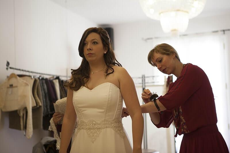 sujetando fajín novia