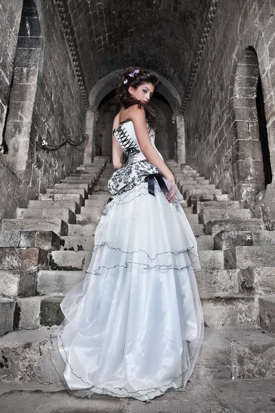 vestido de novia con bordado negro-min