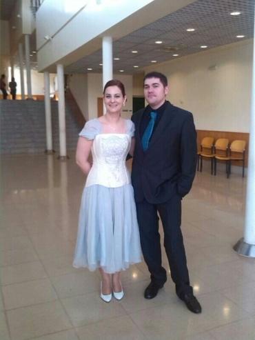 Un conjunto de boda corto y romántico a la vez